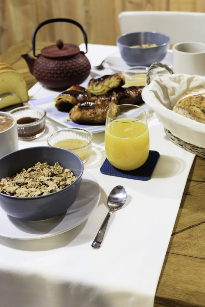 repas produit régionaux table d'hôte conviviale  produits bio petit déjeuné copieux